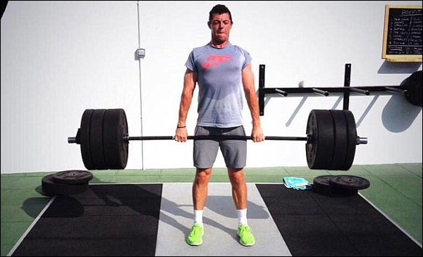 atleta levantando bumpers de crossfit